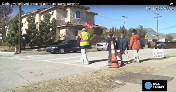 老人风雨不误,长达10年,天天在小学门口看护孩子过马路。(视频截图)