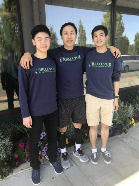 纽波特高中学生William Hu(左)、湖心高中毕业生Jacob Zhang(右)与他们的教练Derrick Ng在一起(图片由贝尔维尤羽球俱乐部拍摄提供)