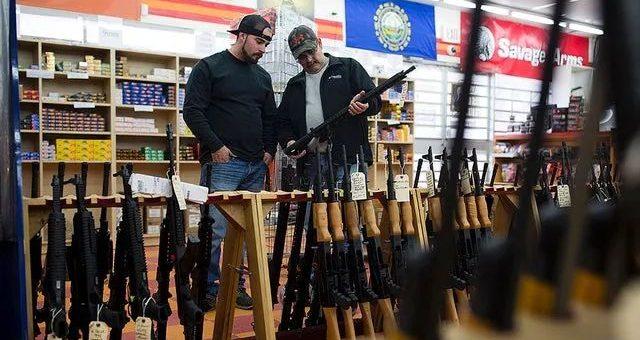 民众疯狂囤枪,商家木板钉商店防破坏...大选当前,美国人战战兢兢