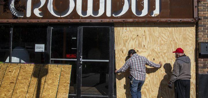 2020年11月2日星期一,Tommy C Construction,LLC的工头马丁雷耶斯(左)和乔治C.在达拉斯Deep Ellum的Crowdus酒吧登上玻璃窗。Deep Ellum和达拉斯市区的企业雇用了各种员工承包商登上建筑物以阻止大选后可能发生的抢劫。 (琳达·冈萨雷斯/达拉斯晨报)