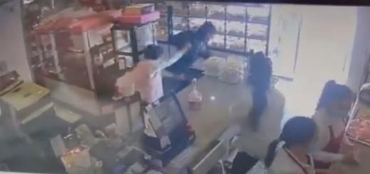 可怕! 华人大妈过年购物遭抢劫 包包当场被强行掳走 歹徒开心刷卡买鞋!
