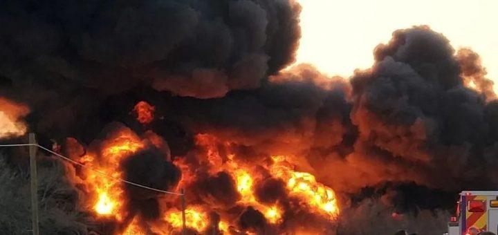 (视频)德州18轮开车与油罐火车相撞,现场火光冲天、浓烟滚滚
