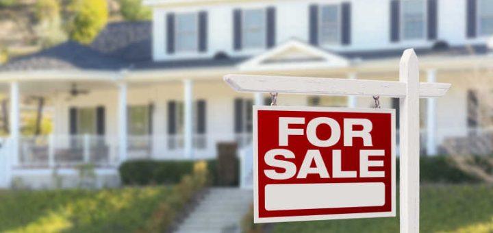 待售房屋前的标签图片-晴天下待售房屋前的红色销售标签素材-高清图片-摄影照片-寻图免费打包下载