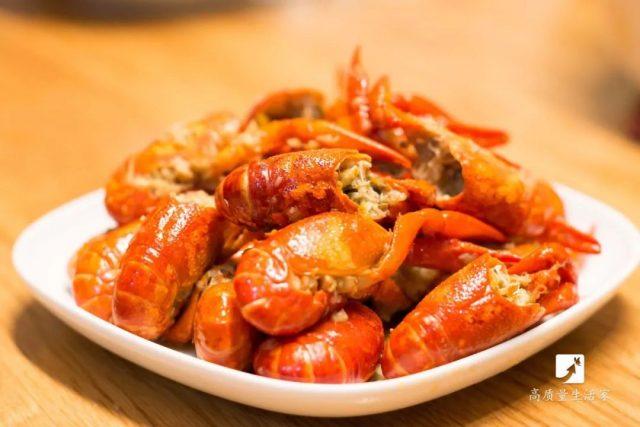 吃龙虾的好时节,教你一招快速剥虾壳,花最少的时间,吃最多的虾肉!